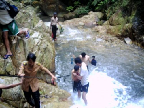 Pesona sungai menuju Curug Panganten Cikutamahi Cariu