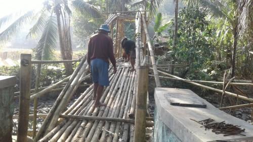 Pembangunan jembatan bambu parakansalam cariu