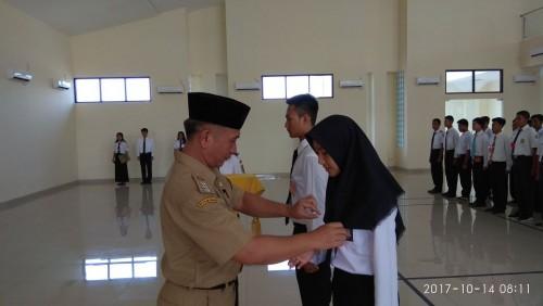 Camat Cariu menyematkan tanda peserta pelatihan Paskibra Sekolah